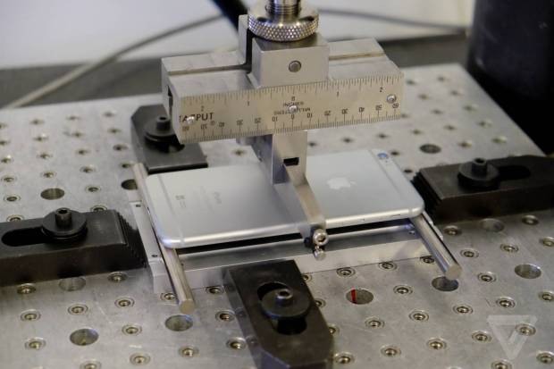 appleiphone 620x413 [Video] Apple spiega come vengono eseguiti i test di resistenza e piegatura per iPhone 6 Plus