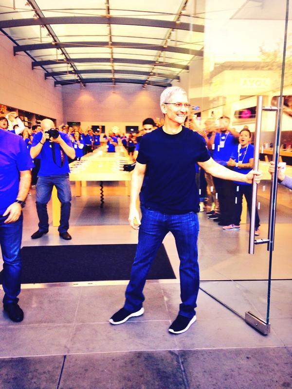dayone10 Il CEO di Apple, Tim Cook, insieme a Angela Ahrendts, nuovo SVP di vendita al dettaglio e dello Store online, hanno visitato l'Apple Store di Palo Alto