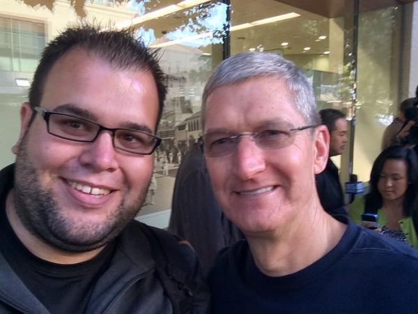 dayone9 Il CEO di Apple, Tim Cook, insieme a Angela Ahrendts, nuovo SVP di vendita al dettaglio e dello Store online, hanno visitato l'Apple Store di Palo Alto