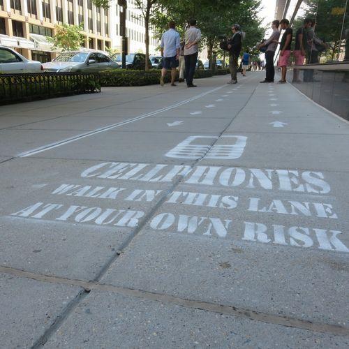 marciapiedewdc Una corsia per coloro che utilizzano frequentemente e inesorabilmente il proprio smartphone, sia chi per lavoro che per dipendenza
