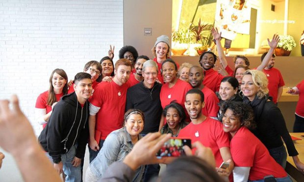Cook Red 620x372 Tim Cook visita lApple Store di Washington insieme alla CEO di (RED) Deborah Dugan