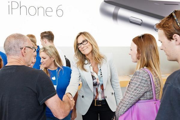 SVPBarbara Angela Ahrendts, attualmente Retail SVP in Apple dal suo profilo LinkedIn augura anticipatamente a tutti buone feste