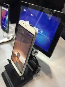 %name Hawk: Il primo smartphone al mondo con il proiettore presentato al MWC
