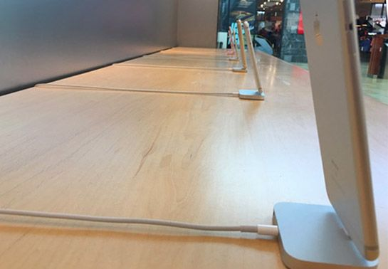 apple store canada iphone security tethers removed Rimossi i cordoncini di sicurezza negli iPhone da alcuni Apple Store