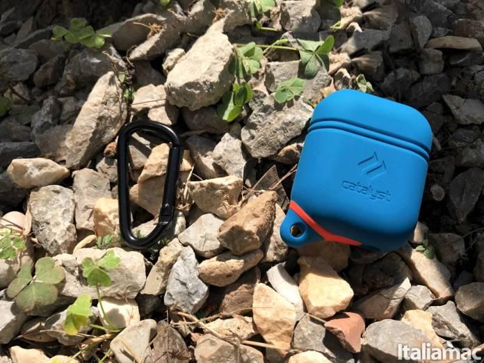 www.italiamac.it catalyst airpods case front moschettone Gli accessori indispensabili per lestate