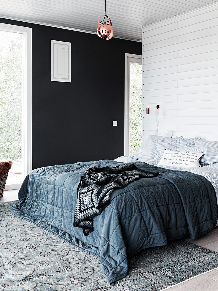 finnish home interior, finland home decor, wall gallery, black bedroom, muro letto nero, muro camera nero, parete nera