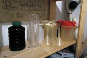 Caraffe, cilindri, imbuti e bottiglia a soffietto