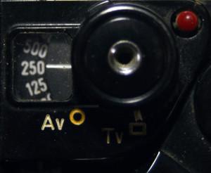 Il selettore delle priorità e la finestrella di selezione. Si notano anche il pulsante di scatto e il led dell'autoscatto.
