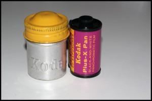 Kodak Plus-X Pan 135 con il caratteristico contenitore metallico