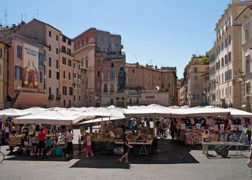 Piazza Campo dei Fiori, Rome: the market with the statue to Giordano Bruno in the background. Foto: Myrabella
