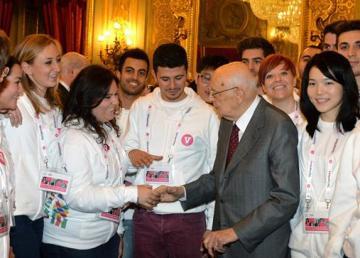 Il Presidente Giorgio Napolitano con una rappresentanza di giovani volontari dell'Expo di Milano 2015. Quirinale - 12/11/2014. Fonte: http://www.quirinale.it