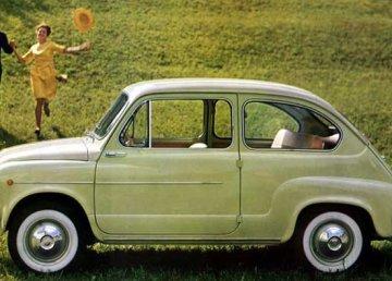 La Fiat 600, un simbolo del boom economico. Pubblico dominio, https://it.wikipedia.org/w/index.php?curid=281439