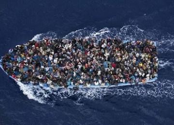 Barcone con migranti (Segon Premi en la Categoria General Notícies al World Press Photo. MASSIMO SESTINI/REUTERS)