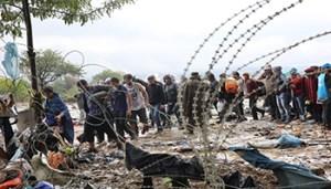 Griekenland 10 september 2015 Vele vluchtelingen willen de grens over steken naar Macedonie. De politie van Macedonie laat ze passeren maar dat gaat gepaard met veel schreeuwen en soms slaan. foto: ARIE KIEVIT