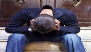 """E' boom delle diagnosi di depressione che fanno impennare anche consumo di farmaci antidepressivi: sono triplicati i casi trattati in USA tra 1987-1997 e cosi l'uso di antidepressivi. Ma il mondo non è sempre più depresso, come tanti dati epidemiologici, spesso confusi, vogliono farlo apparire: molti di quei casi 'bollati' come depressione potrebbero in realtà essere non altro che condizioni momentanee di tristezza, pessimismo dovute a situazioni e/o all'indole individuale. Siamo di fronte a una """"pandemia"""" fittizia di depressione, spiega lo psichiatra Paolo Cioni, responsabile di un servizio di salute mentale presso la ASL e docente alla Scuola di Specializzazione in Psichiatria di Firenze in occasione del Convegno 'Ai confini della mente e oltre' oggi a Milano, dovuta soprattutto a criteri diagnostici ancora troppo vaghi che possono far rientrare in una diagnosi di depressione anche stati d'animo di per sé non patologici. Eppure, spiega Cioni, oggi potremmo avvalerci di metodi diagnostici più obiettivi, indici psicofisiologici per la validazione del quadro clinico di depressione come la presenza di profonde alterazioni della qualità del sonno, rilevabili con un elettronecefalogramma (EEG). ANSA/LUCIANO DEL CASTILLO"""