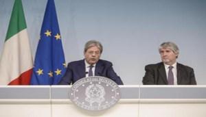 Il presidente del Consiglio Paolo Gentiloni (S) e il ministro del Lavoro Giuliano Poletti a Palazzo Chigi durante la conferenza stampa al termine del Consiglio dei ministri, Roma, 17 marzo 2017. ANSA/GIUSEPPE LAMI