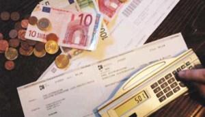 WCENTER 0CHIABCRXZ - carovita bollette dell'enel bolletini postali pagamenti soldi euro monete pagamenti caro vita deficit - nicola schiazza -