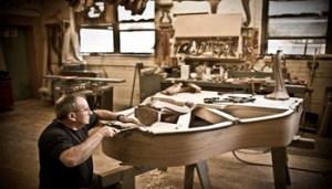 Sante Auriti nel suo laboratorio alla Steinway & Sons.