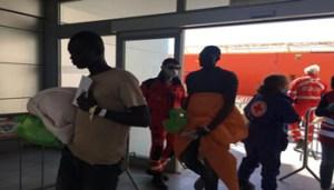 Alcuni dei migranti, soccorsi nei giorni scorsi al largo delle coste libiche, sbarcati dalla nave norvegese Siem Pilot presso il molo Ichnusa del porto di Cagliari, 18 aprile 2017. ANSA/MANUEL SCORDO