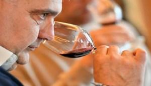 Un momento di una degustazione di vino rosso, Milano, 27 marzo 2018. ANSA/ DANIEL DAL ZENNARO