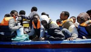 Migranti su un barcone, nell'ambito dell'operazione Mare Nostrum, Mar Mediterraneo Meridionale, 29 Aprile 2014. ANSA/GIUSEPPE LAMI