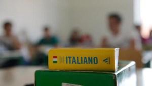Un vocabolario di italiano in una classe durante le prove scritte della maturita' nell'Istituto Tecnico Commerciale di Pontedera, Pisa, 20 giugno 2012. ANSA/STRINGER
