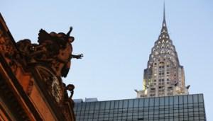 Il Chrysler Building di New York, a destra, e l'orologio del Grand Central Terminal, a sinistra. La fotografia è del 2013 (Mario Tama/Getty Images)