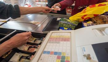 Italiani ancora affezionati ai negozi e al contante