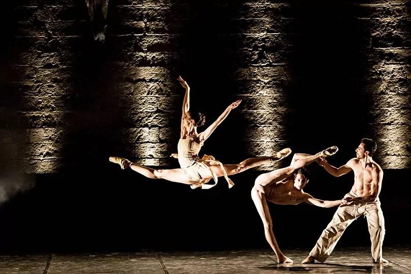 Carmina Burana, una scena dello spettacolo del Balletto del Sud al Teatro La Versiliana (ph. M. Parrini)
