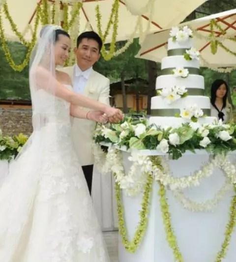 Cina coppia in abiti abiti da sposa