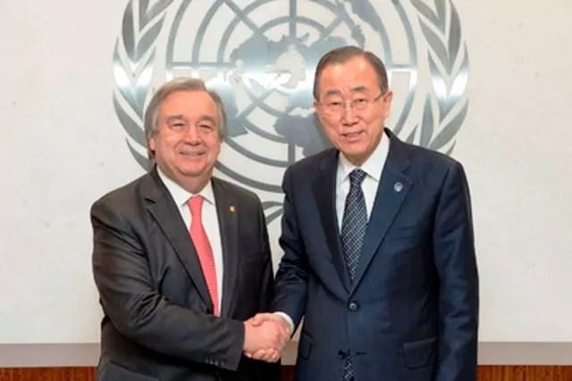 Stretta di mano tra il Segretario generale dell'Onu Ban Ki-moon (a destra ) e l'Alto commissario Onu per i rifugiati uscente António Guterres, nell'incontro avvenuto il 21 dicembre 2015 a New York (ph. Onu