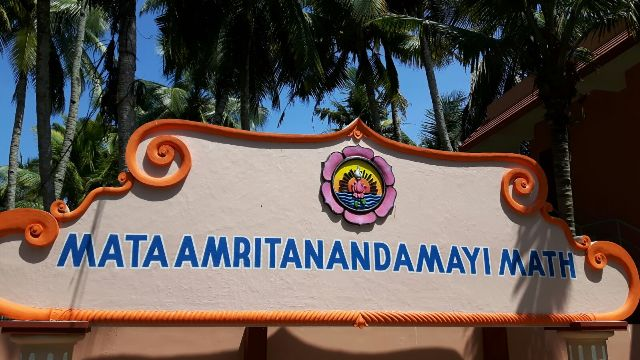 Amritapuri (India), l'ingresso dell'Ashram di Mata Amritanandamayi, conosciuta nel mondo con il nome di Amma (ph. P. Russo)