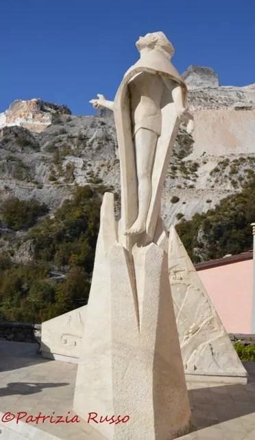 Carrara, il monumento al cavatore a Colonnata (ph. In14/P. Russo)