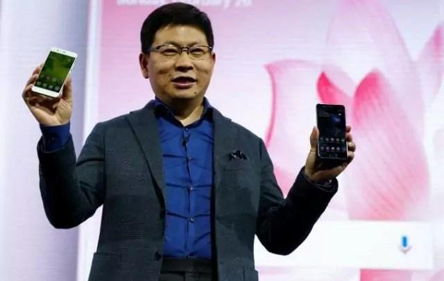 Richard Yu, Ceo di Huawei Consumer, presenta i nuovi P10 al Mobile World Congress di Barcellona il 26 febbraio 2017 (ph. Reuters / Paul Hanna).
