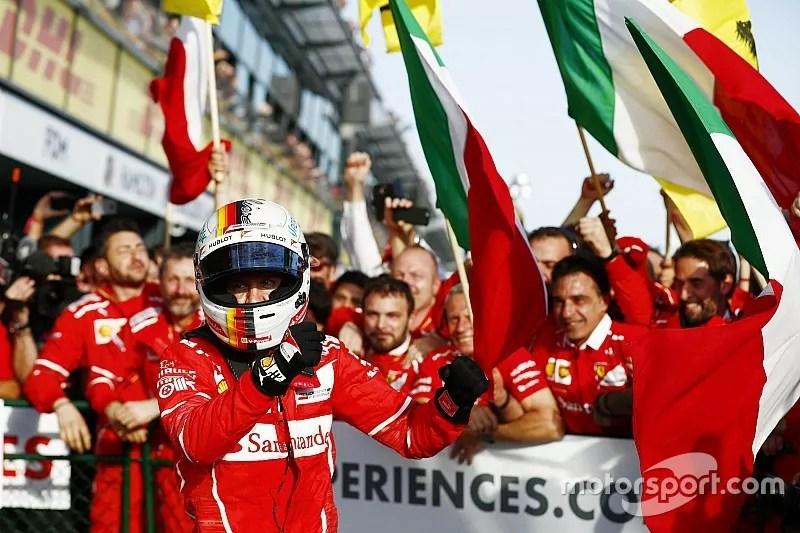 Il pilota Ferrari Sebastian Vettel acclamato dal suo team dopo la vittoria al Gp Australia (ph. emb. Motorsport)