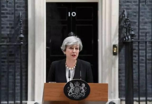 Il primo ministro britannico Theresa May parla ai giornalisti dopo l'attentato kamikaze alla Manchester Arena (ph. Reuters).