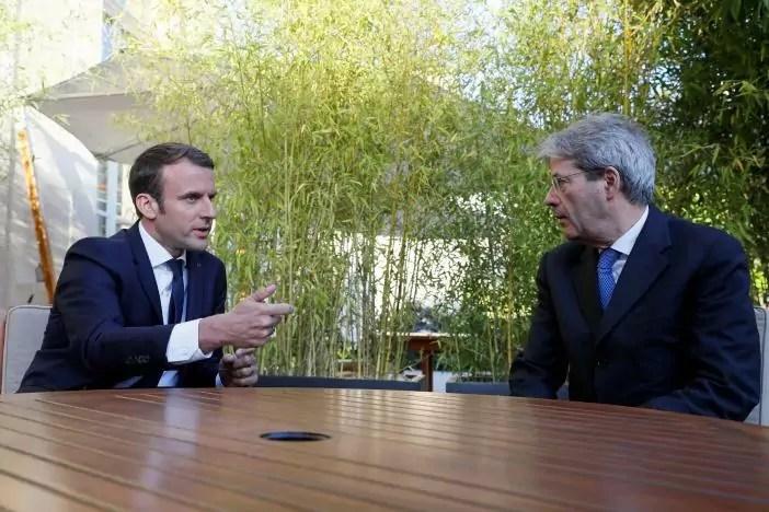 Cena a Parigi: il presidente francese Macron e il premier Gentiloni concordano su integrazione europea e politica in materia di immigrazione.
