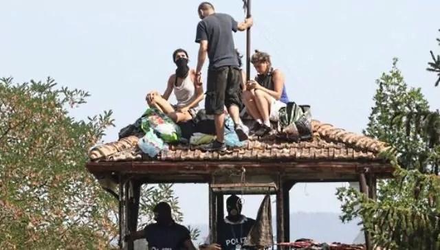 Anarchici arrestati a Firenze, gli occupanti del centro sociale rifugiatisi sul tetto (ph. Polizia di Stato).