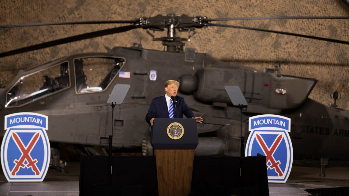 Il presidente Usa Donald Trump firma il National Defense Authorization Act