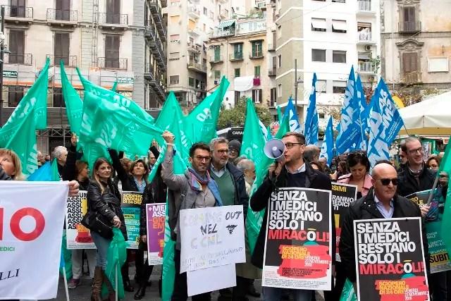 Sit-in di protesta dei dirigenti medici all'esterno del palazzo della Regione Campania ( ph. Ugo Amato hashtag24news).