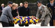 Emmanuel Macron e Angela Merkel depongono fiori alla commemorazione dell'armistizio della Prima Guerra Mondiale a Compiegne, in Francia.