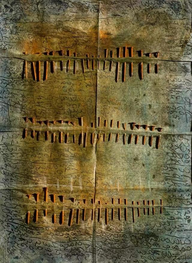 Alla mostra Altri Alfabeti, l'opera di Franca Ghitti Pagine chiodate (1990-1995: chiodi su carta trattata e colorata di cm 70x50 (ph. Fabio Cattabiani).