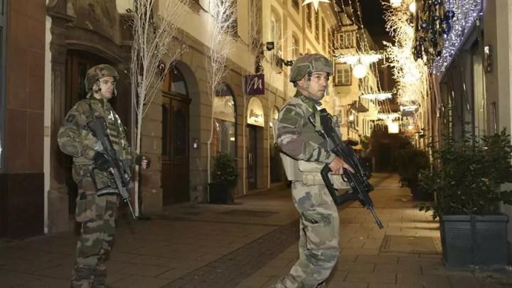 Strasburgo, soldati presidiano le strade in cui è avvenuto l'attentato al mercatino di Natale l'11 dicembre 2018 (ph. Xinhua/Ye Pingfan).