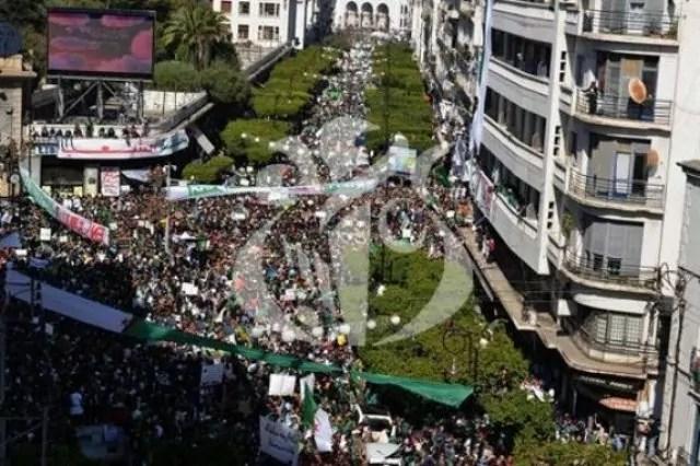 Algeria, sesto venerdì di proteste contro la rielezione di Bouteflika (ph. Aps).