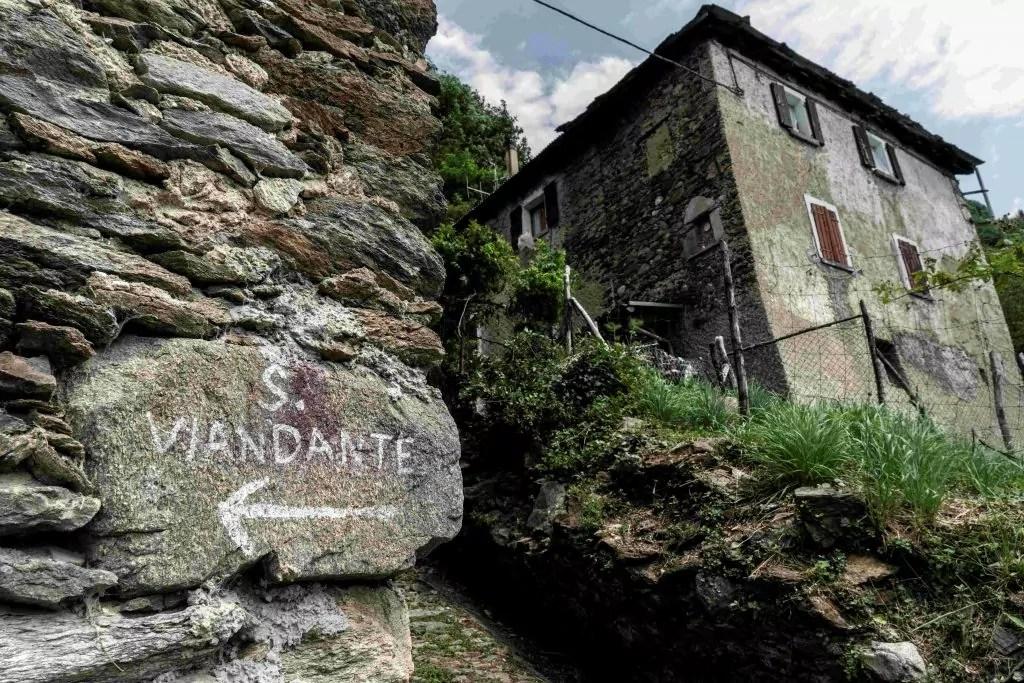Segnavia su pietra nel tratto Varenna-Bellano-Colico_Ph. Alessandro Grassani
