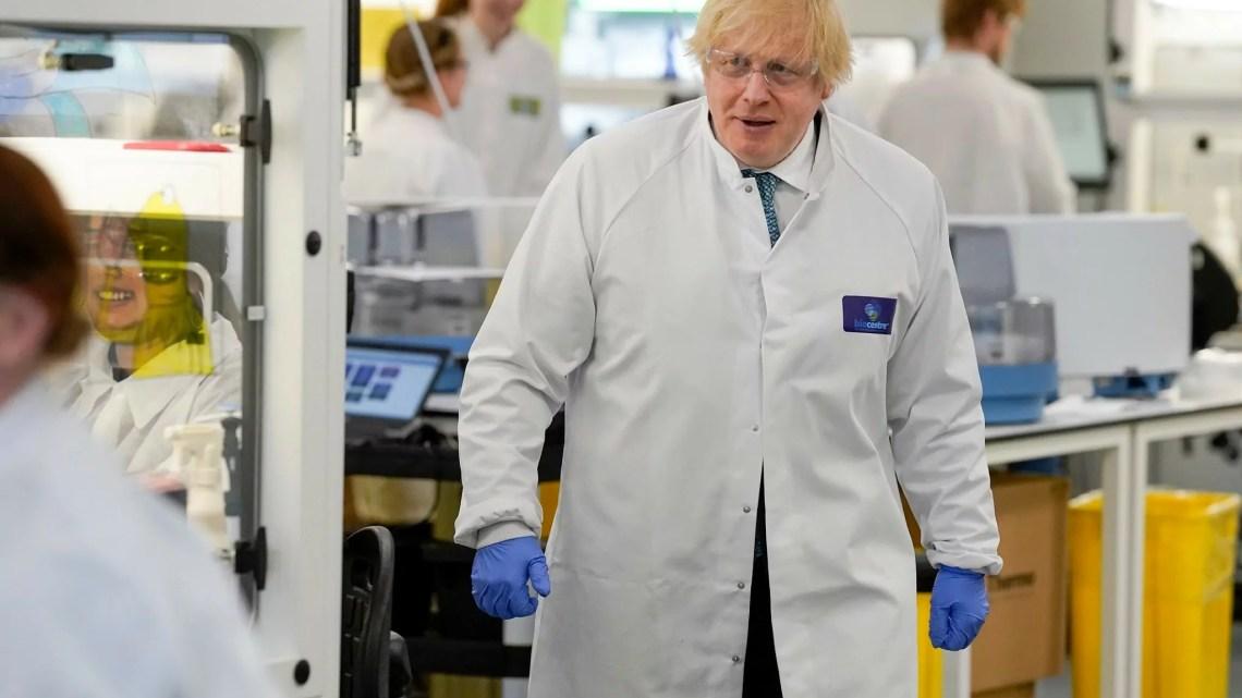 Il premier britannico Boris Johnson in visita in un laboratorio della rete di tracciamento della NHS (foto dal suo profilo ufficiale).