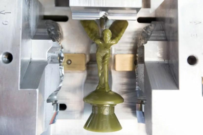 Il modello di cera della Modern Spirit of Ecstasy nella fonderia della RRMC in West Sussex, Gran Bretagna (Ciaran McCrickard / Mindworks RRMC, West Sussex - The Spirit of Ecstasy foundry).