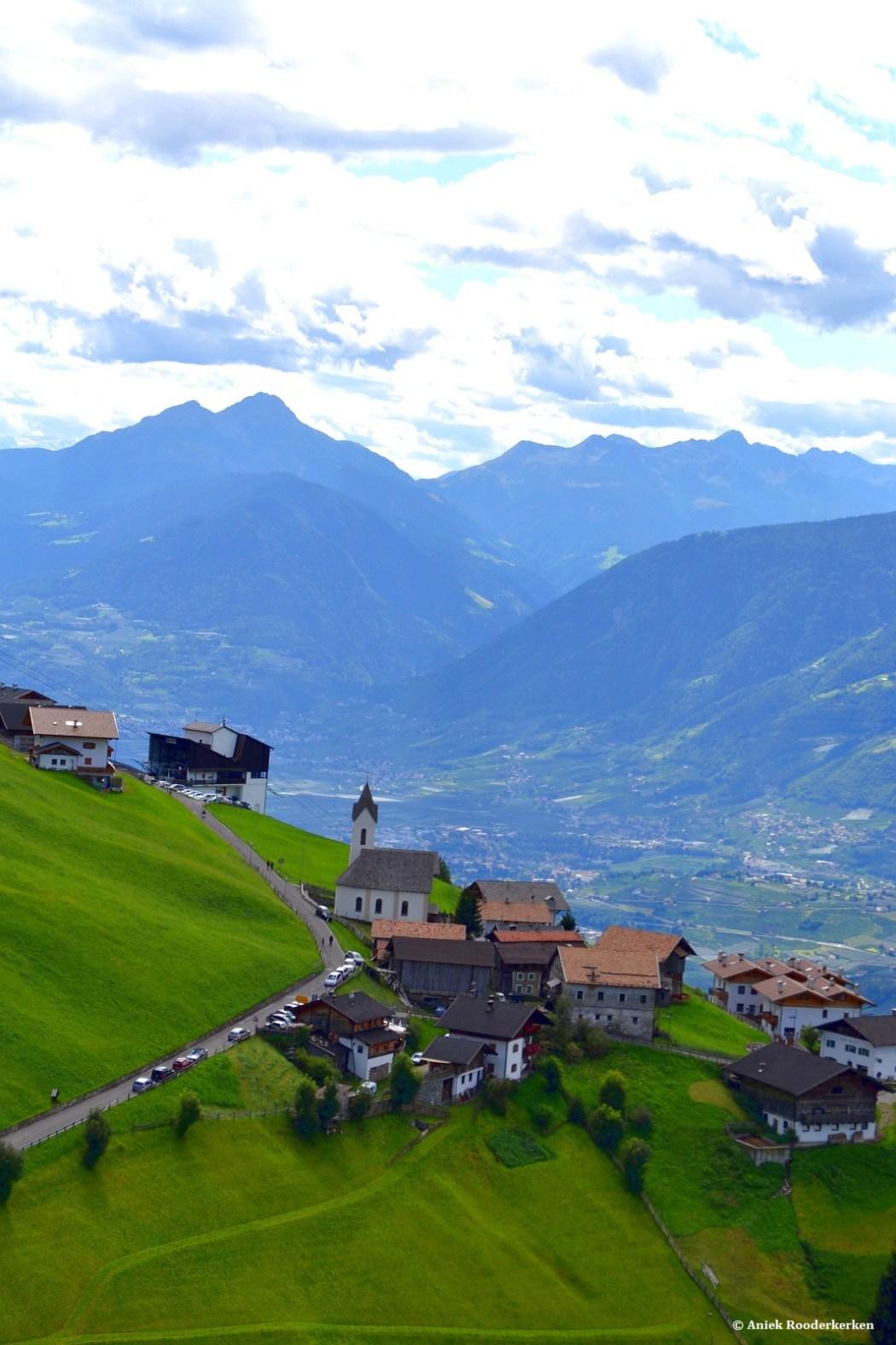 Het dorpje Schenna, waar je met de kabelbaan naartoe kan gaan en waar je prachtige wandelingen kan maken