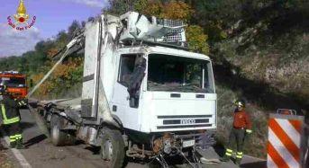 Latina, camion precipita in una scarpata a Cori