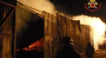 Racket in azione a Vittoria, distrutto dalle fiamme deposito di barche.